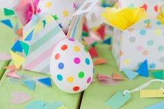 Huevos de Pascua con las etiquetas engomadas coloridas Imágenes de archivo libres de regalías