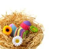 Huevos de Pascua con las flores Foto de archivo