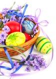 Huevos de Pascua con las flores Imagen de archivo libre de regalías