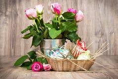 Huevos de Pascua con las flores Imagen de archivo