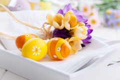 Huevos de Pascua con las flores de la primavera Fotografía de archivo