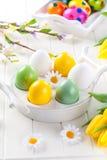 Huevos de Pascua con las flores de la primavera Fotografía de archivo libre de regalías