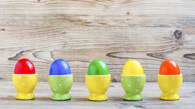 Huevos de Pascua con las hueveras Foto de archivo libre de regalías