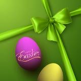 Huevos de Pascua con las letras de oro del día de fiesta Fotos de archivo libres de regalías