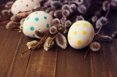 Huevos de Pascua con las ramas de la primavera de un sauce Foto de archivo libre de regalías