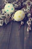 Huevos de Pascua con las ramas de la primavera de un sauce Fotos de archivo