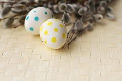 Huevos de Pascua con las ramas de la primavera de un sauce Fotografía de archivo