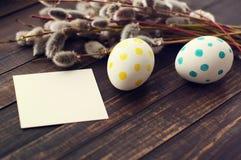 Huevos de Pascua con las ramas de la primavera de un sauce Imágenes de archivo libres de regalías