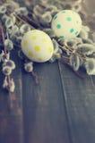 Huevos de Pascua con las ramas de la primavera de un sauce Fotos de archivo libres de regalías