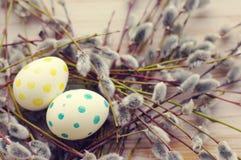 Huevos de Pascua con las ramas de la primavera de un sauce Foto de archivo