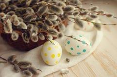 Huevos de Pascua con las ramas de la primavera de un sauce Imagenes de archivo