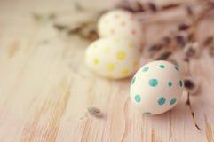 Huevos de Pascua con las ramas de la primavera de un sauce Fotografía de archivo libre de regalías