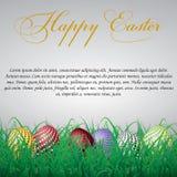Huevos de Pascua con los círculos en hierba en un fondo brillante blanco Foto de archivo