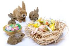 Huevos de Pascua con los conejitos Fotos de archivo