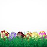 Huevos de Pascua con los cuadrados en hierba en un fondo brillante blanco Foto de archivo