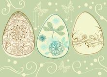 Huevos de Pascua con los elementos florales Fotos de archivo
