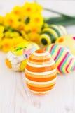 Huevos de Pascua con los narcisos amarillos Fotos de archivo libres de regalías