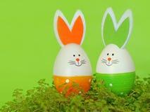 Huevos de Pascua con los oídos del conejito Adornos de la primavera y de Pascua Imágenes de archivo libres de regalías