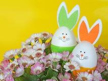 Huevos de Pascua con los oídos del conejito Adornos de la primavera y de Pascua Foto de archivo