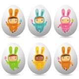 Huevos de Pascua con los pequeños bebés lindos