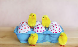 Huevos de Pascua con los puntos rojos Fotografía de archivo