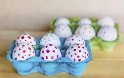 Huevos de Pascua con los puntos rojos y amarillos Imágenes de archivo libres de regalías
