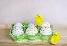 Huevos de Pascua con los puntos y los pollos rojos de pascua Foto de archivo libre de regalías
