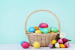 Huevos de Pascua con los tulipanes Fotos de archivo