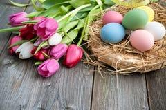 Huevos de Pascua con los tulipanes Foto de archivo libre de regalías