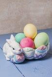Huevos de Pascua, conejito, cuenco Imágenes de archivo libres de regalías