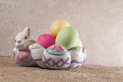 Huevos de Pascua, conejito, cuenco Fotos de archivo