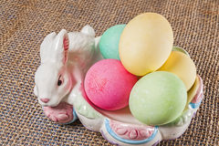 Huevos de Pascua, conejito, cuenco Imagen de archivo libre de regalías