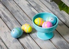 Huevos de Pascua de diversos colores imagenes de archivo