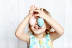 Huevos de Pascua de la explotación agrícola de la muchacha Imágenes de archivo libres de regalías