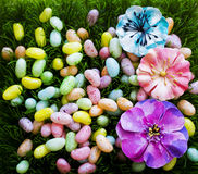 Huevos de Pascua de la primavera en hierba verde Imagen de archivo libre de regalías