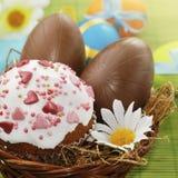 Huevos de Pascua de la torta y del chocolate de Pascua imagenes de archivo