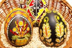 Huevos de Pascua de los pares en una cesta stock de ilustración