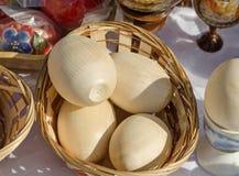 Huevos de Pascua de madera en la feria Imagenes de archivo