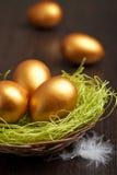 Huevos de Pascua de oro fotos de archivo