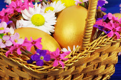 Huevos de Pascua de oro Imágenes de archivo libres de regalías