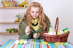 Huevos de Pascua de pintura rubios atractivos jovenes Imagen de archivo