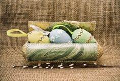 Huevos de Pascua decorativos en una caja Todavía del estilo vida retra Fotos de archivo