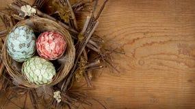 Huevos de Pascua decorativos hechos del papel en jerarquía Fotos de archivo libres de regalías
