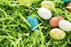Huevos de Pascua del caramelo en hierba verde Foto de archivo libre de regalías