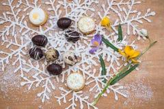 Huevos de Pascua del chocolate con las flores del resorte Fotografía de archivo
