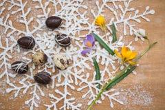 Huevos de Pascua del chocolate con las flores del resorte Fotos de archivo libres de regalías