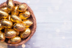 Huevos de Pascua del chocolate en el fondo de madera blanco Fotos de archivo