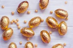 Huevos de Pascua del chocolate en el fondo de madera blanco Foto de archivo