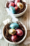 Huevos de Pascua del chocolate en envolturas coloridas Imagen de archivo libre de regalías
