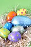 Huevos de Pascua del chocolate en paja Foto de archivo